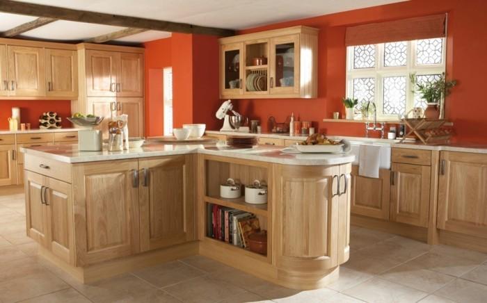holzküche helle küchenschränke orange wandfarbe pflanzen