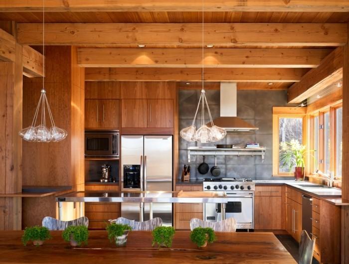 holzküche moderne holzoptik frische tischdeko schöner leuchter