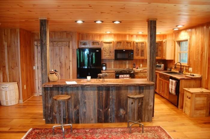 holzküche rustikales design ausgefallene kücheninsel farbiger teppichläufer