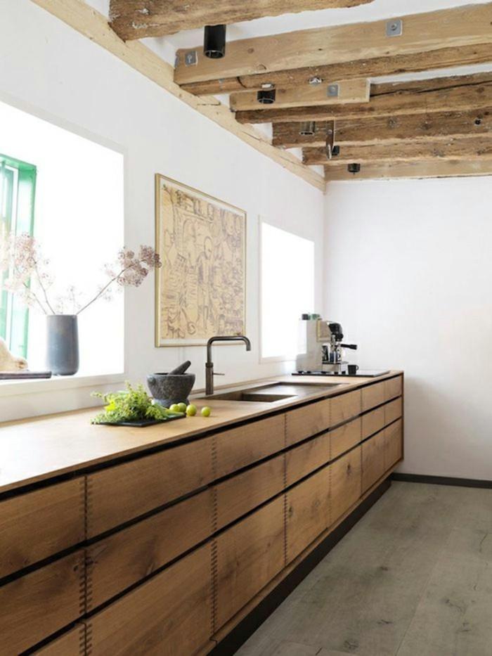 holzküche schöne holzoptik weiße wände holzbalken