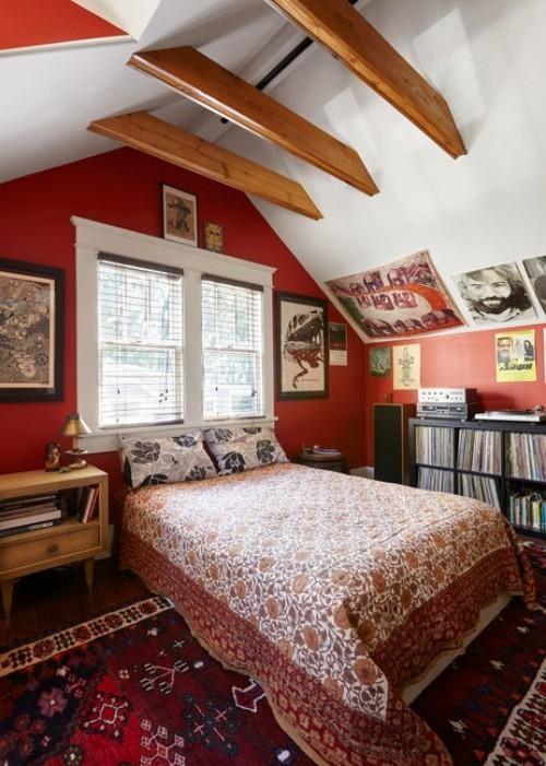 ideen schlafzimmer eklektisch dachschräge rote akzente
