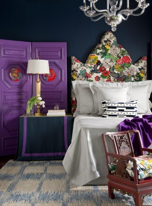 ideen schlafzimmer eklektisch farbiges bettkopfteil lila akzente
