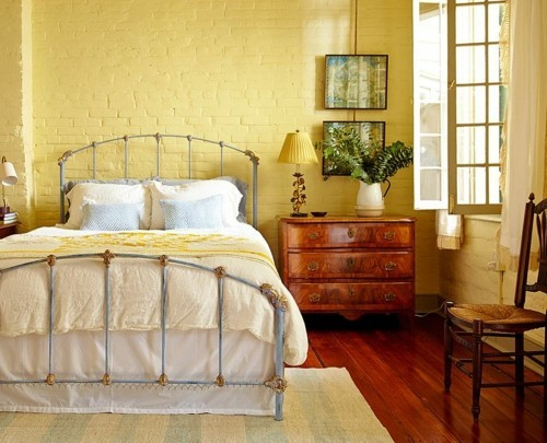 ideen schlafzimmer eklektisch gelbe ziegelwand dielenboden heller teppich