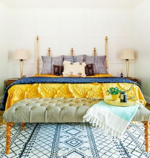 ideen schlafzimmer eklektisch schöner teppich schicke gelbe bettdecke schlazimmerbank