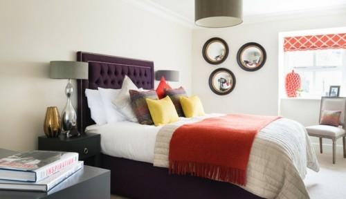 ideen schlafzimmer eklektisch schönes lila bett oranges rafrollo wandspiegel