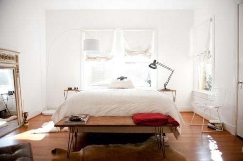 ideen schlafzimmer eklektisch schlafzimmerbank fellteppich weiße wände