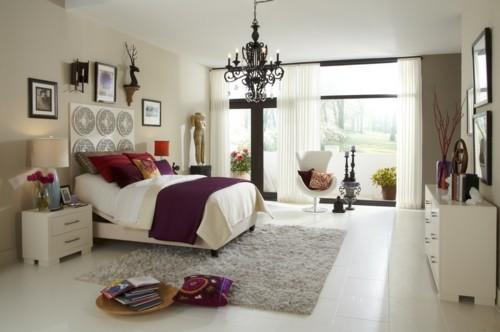 ideen schlafzimmer eklektisch weiße bodenfliesen weicher teppich luftige gardinen