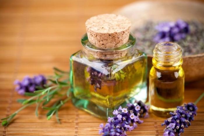 lavendelöl selber machen mit olivenöl und frischen blüten in glas