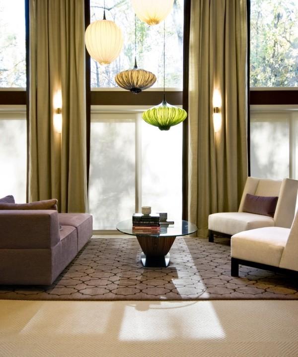 marokkanische lampe stilvolles wohnzimmer beleuchten grüne gardinen