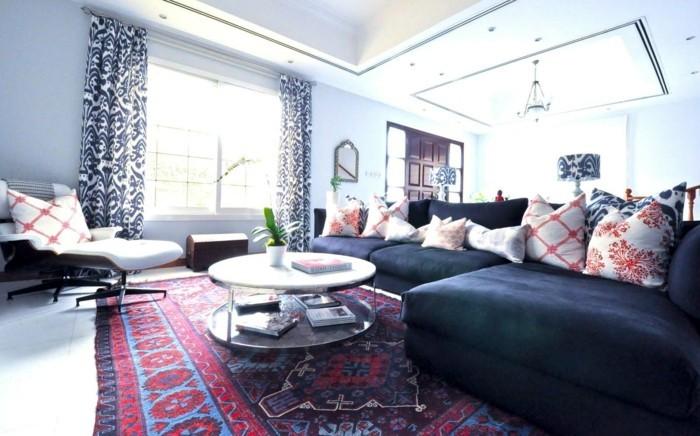 marokkanische teppiche farbig rustikal dunkelgraues sofa farbige dekokissen