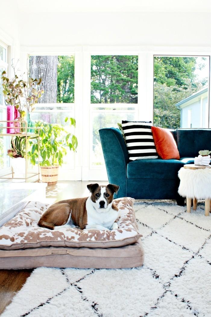 marokkanische teppiche helles design blaues sofa schöne kissenmuster