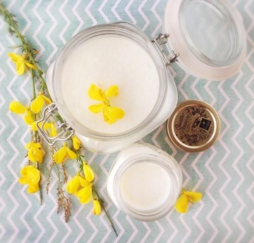 massageöl selber machen tolle idee mit gelben blüten