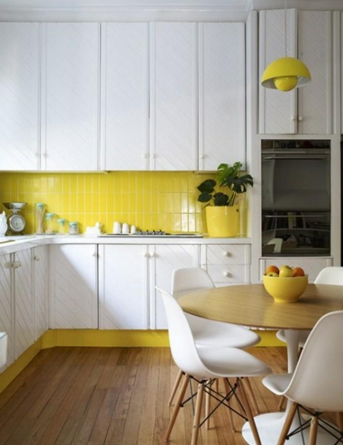 metrofliesen gelbe wandfliesen küche holzboden weiße küchenschränke