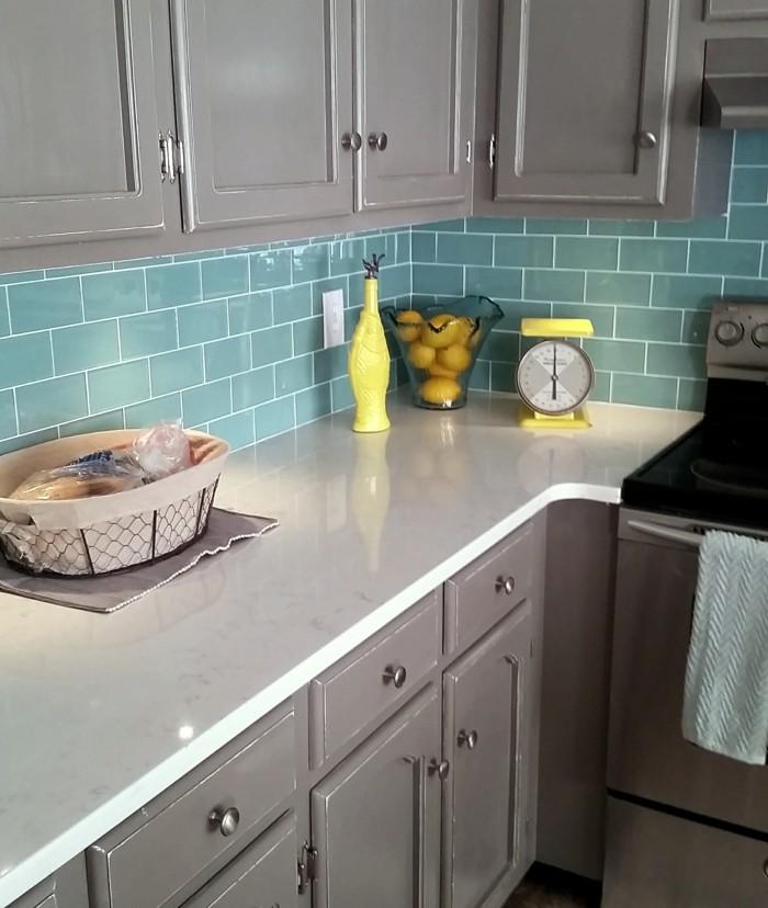 metrofliesen grüne fliesen küche graue küchenschränke