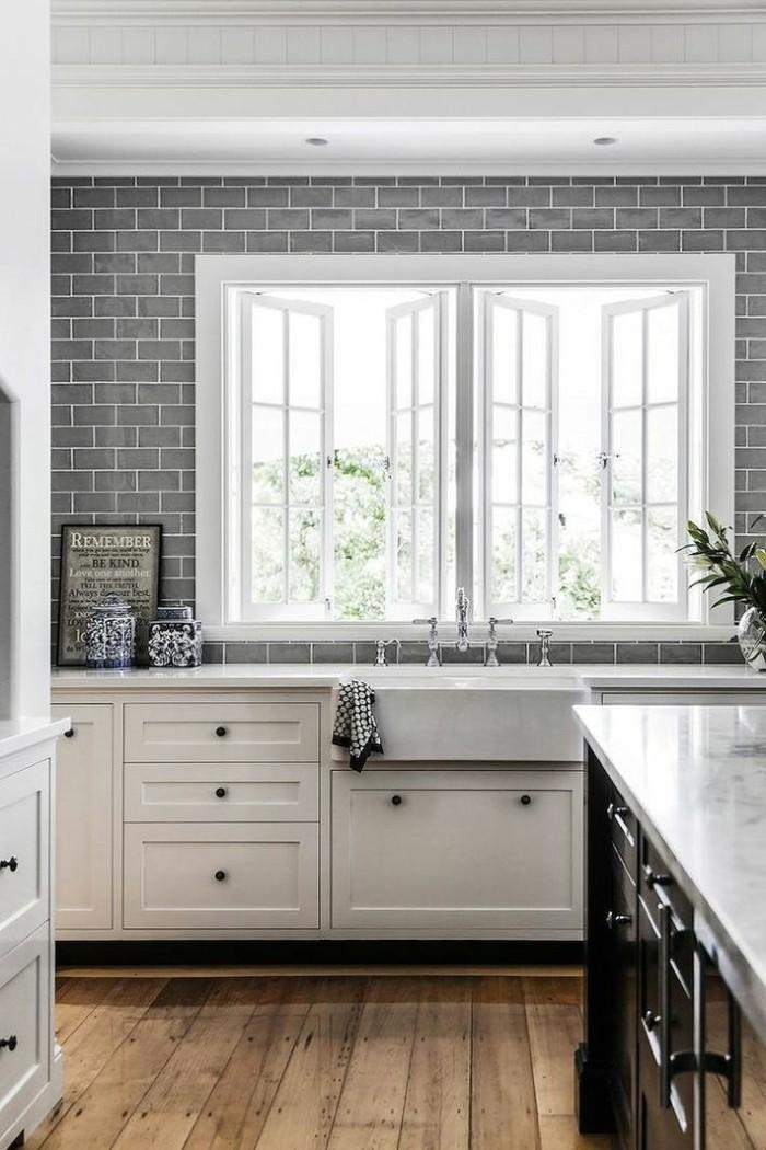 metrofliesen graue fliesen küche holzboden weiße küchenschränke