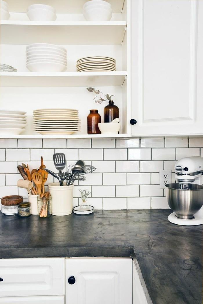 metrofliesen küche schwarze arbeitsoberfläche weße küchenschränke