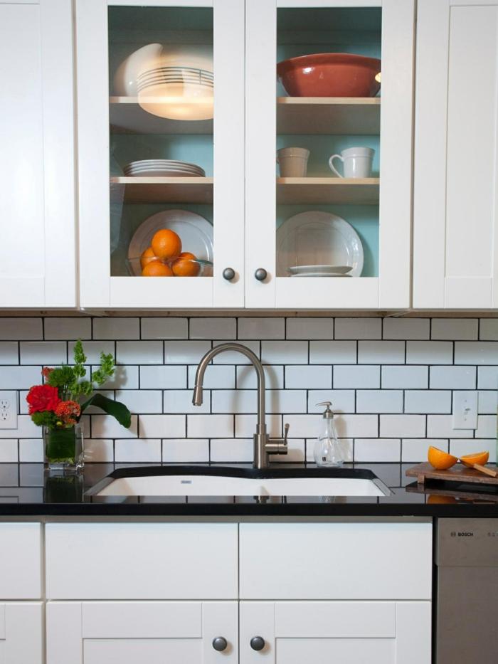 metrofliesen weiße küchenrückwand viel stauraum