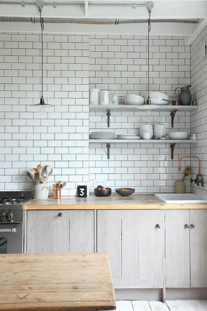 metrofliesen weiß holztisch küchenmöbel hellgraue küchenschränke