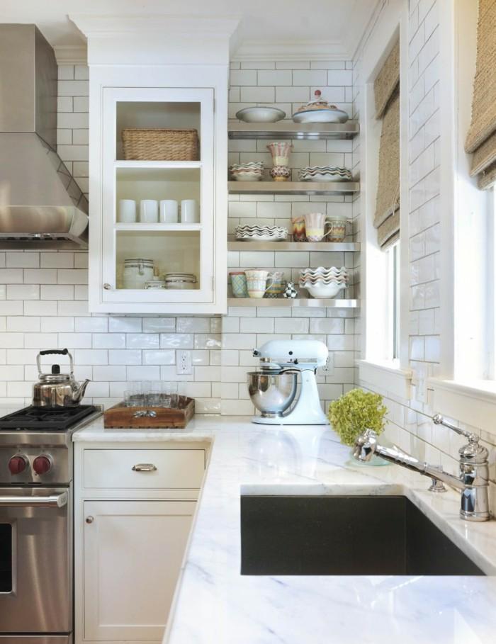 metrofliesen weiße wandfliesen küche offene küchenregale