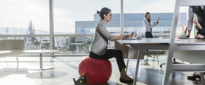 modernes büro gymnastikball sitzball ergonomie im office