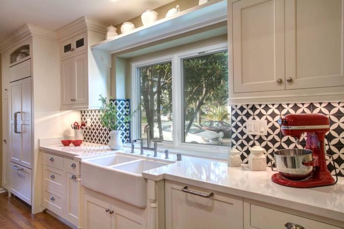 retro fliesen küchenrückwand weiß schwarz farbige geräte