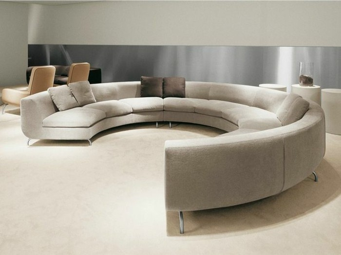 rundes sofa beige stilvolle dekokissen heller teppichboden