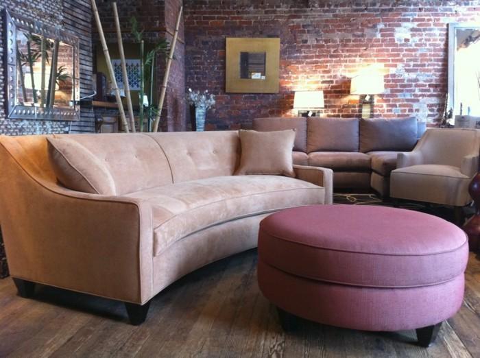 rundes sofa beiges rundsofa lila couchtisch ziegelwand