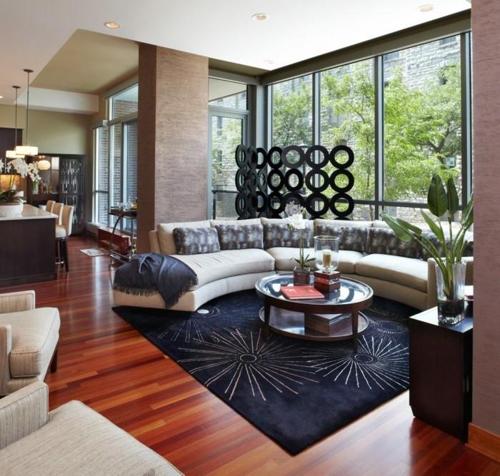 rundes sofa dekoriert mit dekokissen schöner teppich