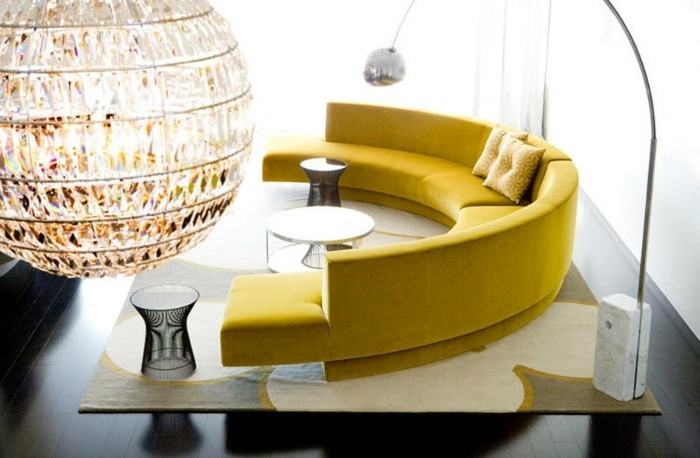 rundes sofa gelbes rundsofa heller teppich dunkler bodenbelag