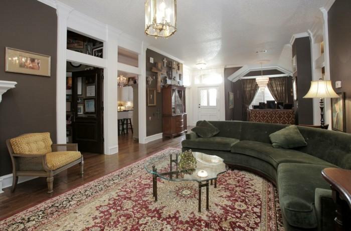 rundes sofa grün schick gemütliches wohnzimmer farbiger teppich