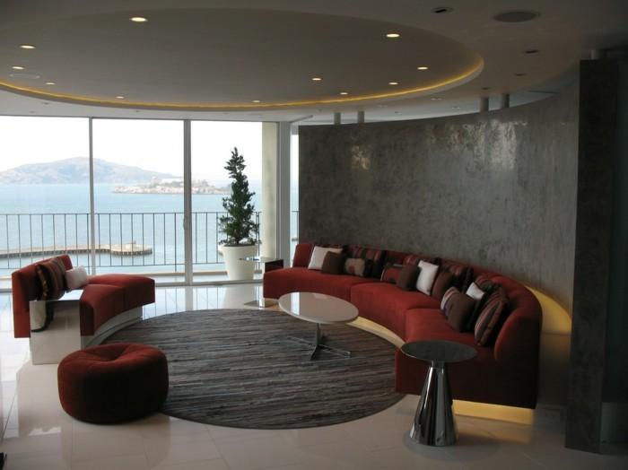 rundes sofa rot bequem braune dekokissen runder teppich