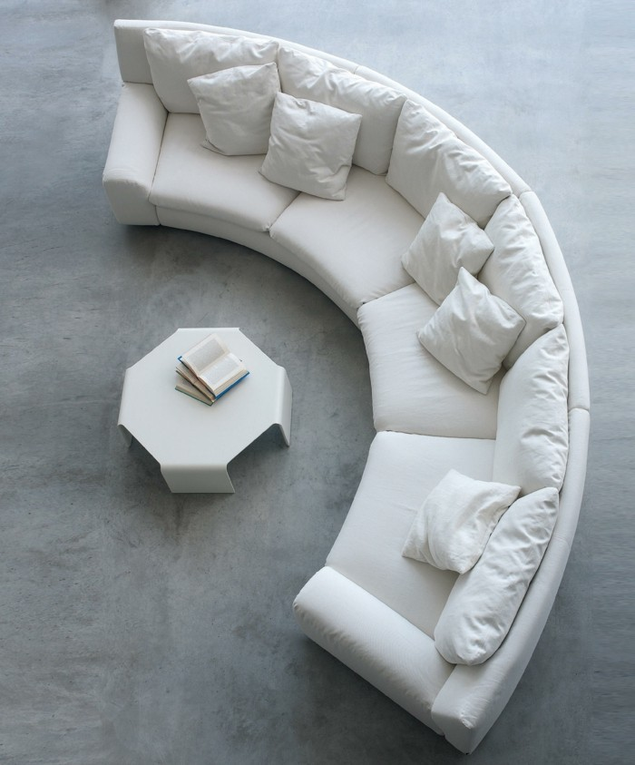 rundes sofa weißes rundsofa weiße dekokissen weißer couchtisch