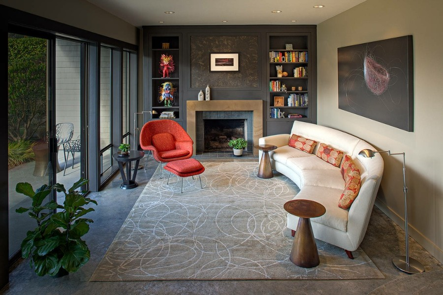 rundes sofa weißes sofa wunderschöner teppich farbige dekokissen