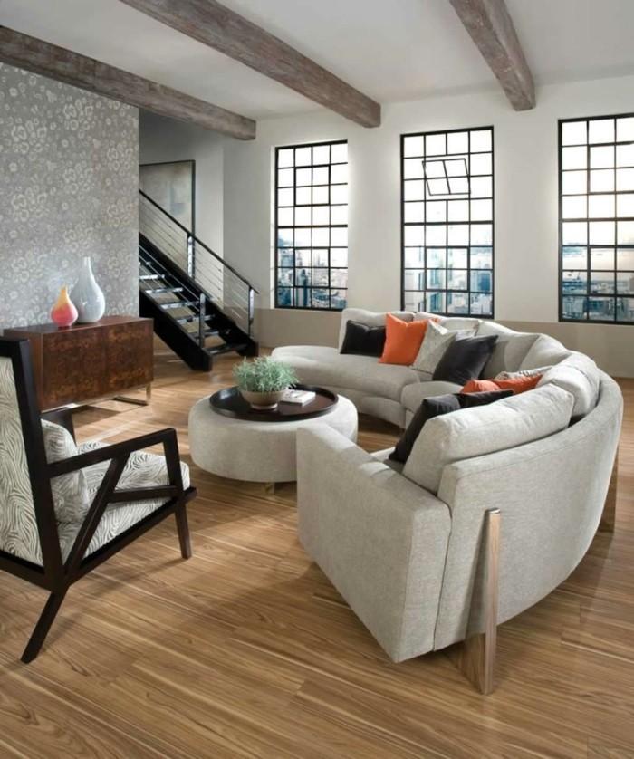 rundes sofa wohnzimmer holzbalken schöner bodenbelag