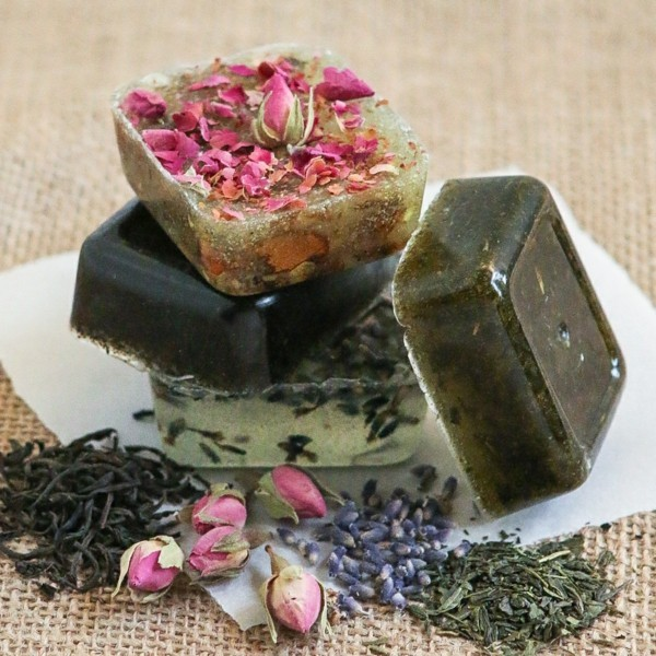 seife selber machen rosenblütenblätter lavendel tee