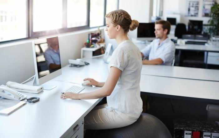 sitzball gymnastikball ergonomisch sitzen im büro