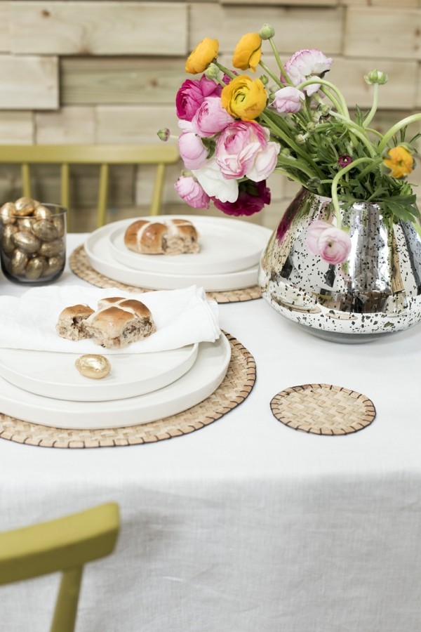 tischdeko ostern eleganter ostertisch ausgefallene blumenvase goldene eier
