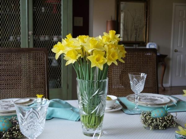 tischdeko ostern typische frühlingsblumen schöne ostereier nester