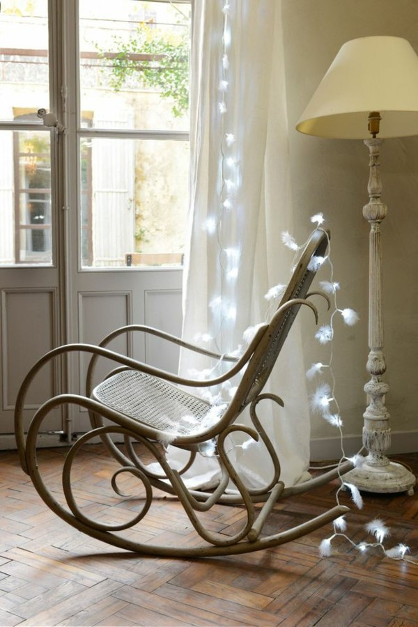 vintage dekoideen mit licherketten feder schaukelstuhl stehlampe