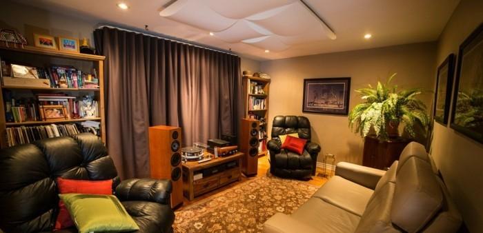 vorhänge ledercouch teppich wohnzimmer raumakustik verbessern