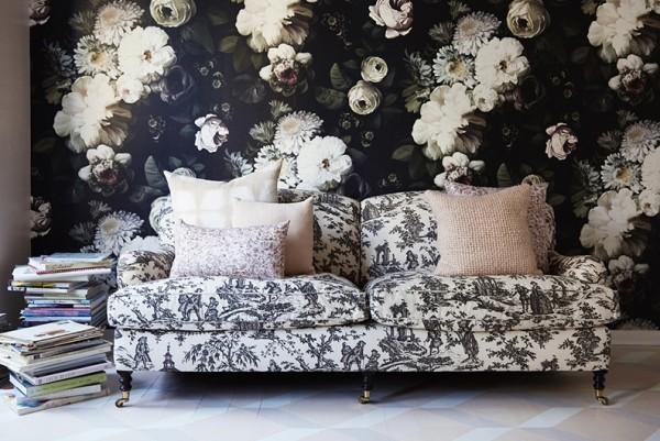 wanddeko ideen mit pfingstrosen couch im wohnzimmer