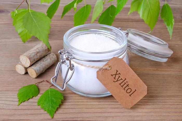 zahnpflege-mit-xylit-xylitol-in-einmachglas-zuckeraustauschstoff-natürliche-mittel-für-gesunde-zähne