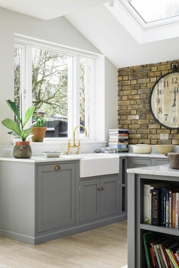 zimmer einrichten hellgraue küchenmöbel heller bodenbelag bücherregale
