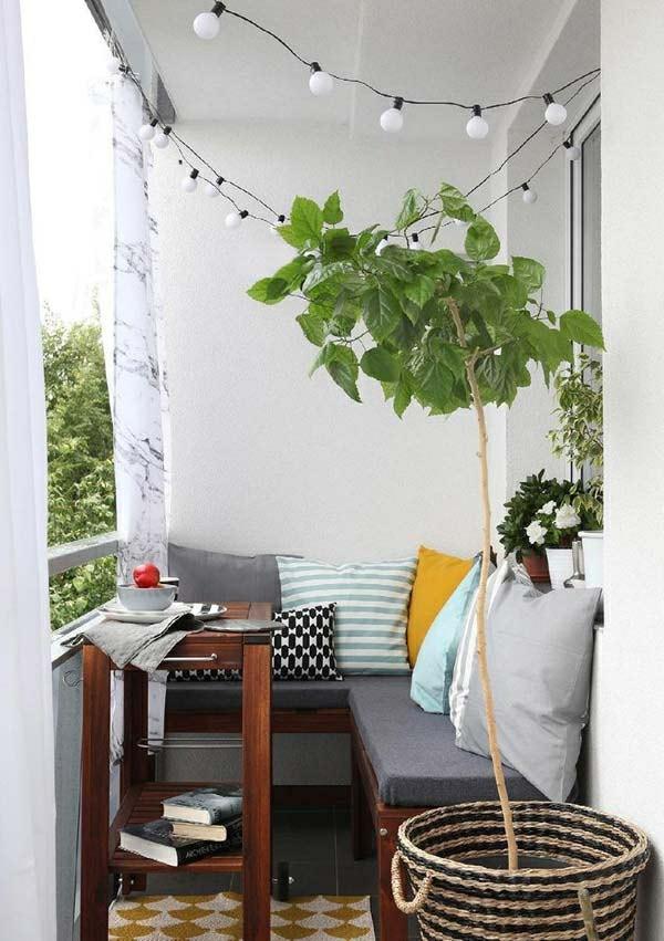 Balkon Garten mit möbeln und dekorative pflanzen