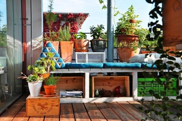 Balkon Garten mit selkbstgemachten möbeln