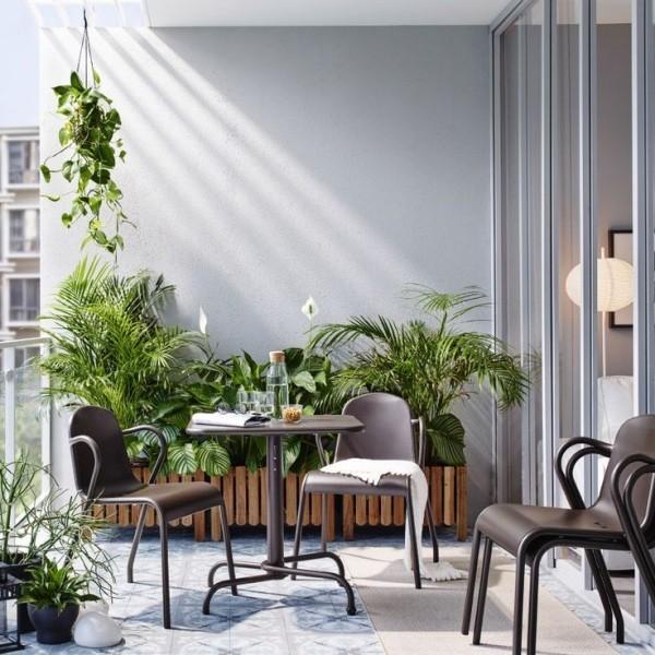 Balkon bepflanzen hängepflanzer und Wandgestaltung
