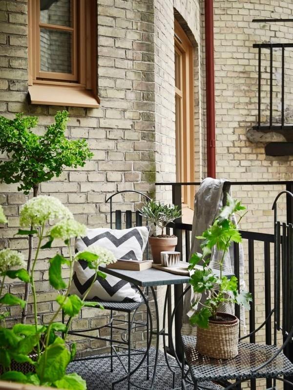 Balkon bepflanzen mit dezenten pflanzlichen Akzenten