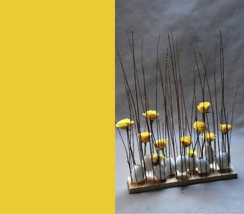 Farben Oster Tischdeko minimalistischer Stil weiße Eier gelbe Rosen