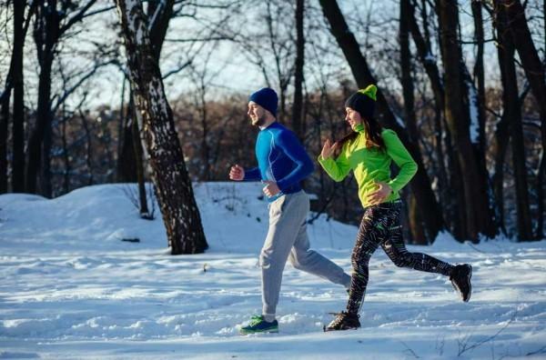 Jogging im Schnee bei jedem Wetter viel Sport treiben Tipps für mehr Schlaf