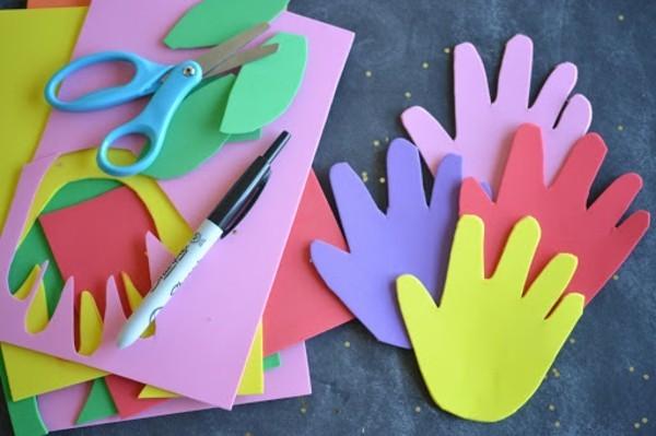 Lesezeichen basteln mit Kindern bunte Kinderhände ausschneiden